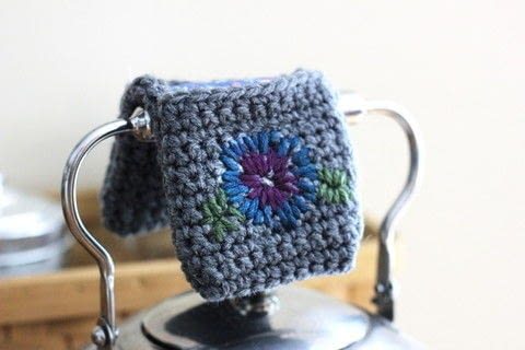 Make a lovely teapot handle cozy using a variety of techniques! .  Free tutorial with pictures on how to make a pot holder / pot stand in under 120 minutes by crocheting with yarn, needle, and crochet hook. How To posted by Melody M.  in the Yarncraft section Difficulty: Simple. Cost: Cheap. Steps: 6