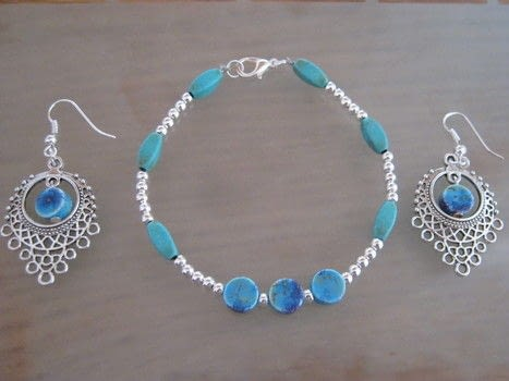 Earring & bracelet set .  Free tutorial with pictures on how to make a beaded bracelet in under 30 minutes by jewelrymaking with beads, jewelry wire, and earring hooks. How To posted by Super Madcow.  in the Jewelry section Difficulty: Easy. Cost: Cheap. Steps: 4