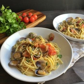 A Classic Italian dish that is super easy to make and it is ready in 15 minutes! .  Free tutorial with pictures on how to cook a pasta Vongole dish in under 15 minutes by cooking with spaghetti, garlic, and cherry tomatoes. Recipe posted by Cravings in Amsterdam.  in the Recipes section Difficulty: Easy. Cost: 3/5. Steps: 4