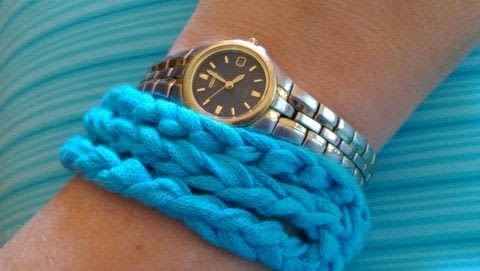 A super chunky bracelet in simple crochet .  Free tutorial with pictures on how to stitch a knit or crochet bracelet in under 30 minutes by crocheting with crochet hook and super chunky yarn. How To posted by Amanda M.  in the Yarncraft section Difficulty: Easy. Cost: Absolutley free. Steps: 9