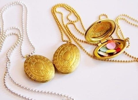 I found these cute little medaillon lockets. .  Free tutorial with pictures on how to make a locket in under 15 minutes by jewelrymaking with medaillon, confetti, and glue. How To posted by Writing M.  in the Jewelry section Difficulty: Simple. Cost: 3/5. Steps: 3