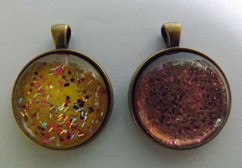 Glittery Necklace .  Free tutorial with pictures on how to make a pendant necklace in under 10 minutes by jewelrymaking with pendant setting, glass cabochon, and glitter nail polish. How To posted by PixieFey.  in the Jewelry section Difficulty: Easy. Cost: Absolutley free. Steps: 1