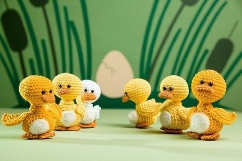 LITTLE DUCKLING PATTERN (brothers to the 'ugly duckling') .  Free tutorial with pictures on how to make a bird plushie in 6 steps by crocheting and amigurumi with sport weight yarn, safety eyes, and crochet hook. How To posted by AmigurumiPatterns.net.  in the Yarncraft section Difficulty: 3/5. Cost: Cheap.