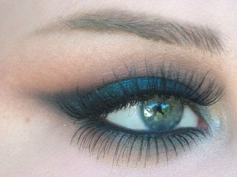 How To: Emerald Smokey Eye .  Free tutorial with pictures on how to create a smokey eye in under 30 minutes by applying makeup with eyeshadow, eyeliner, and eyeshadow. Inspired by green. How To posted by emileebdesigns.  in the Beauty section Difficulty: 3/5. Cost: No cost. Steps: 9