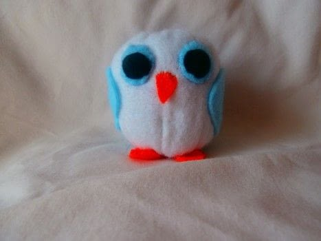 Mum and baby felt owls .  Free tutorial with pictures on how to make a bird plushie in under 90 minutes by sewing with felt, ribbon, and elastic. How To posted by Rainne A.  in the Sewing section Difficulty: Simple. Cost: Cheap. Steps: 10