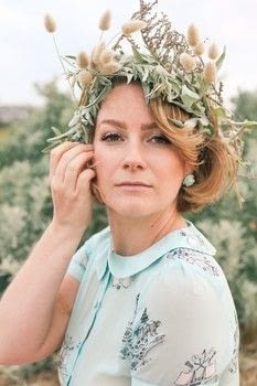 A day at the beach and an improvised flower crown .  Make a flower crown in under 10 minutes by hairstyling with tape. Creation posted by Finding Femme.  in the Beauty section Difficulty: Easy. Cost: No cost.