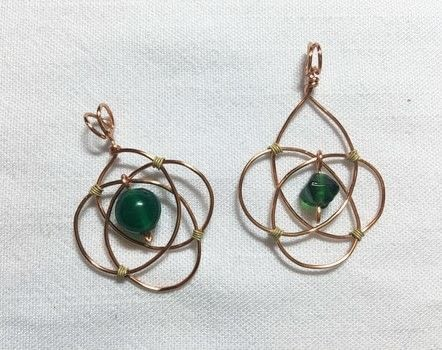 These are easier than they look! .  Free tutorial with pictures on how to make a pendant necklace in under 30 minutes by jewelrymaking and wireworking with wire, beads, and round nose pliers. How To posted by Pam.  in the Jewelry section Difficulty: 3/5. Cost: Absolutley free. Steps: 4