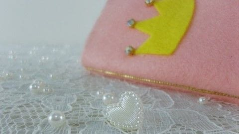 Make this felt cell phone case without sewing! .  Free tutorial with pictures on how to make a phone case in under 20 minutes by not sewing with felt, beads, and white glue. Inspired by for girls. How To posted by bora FAZER.  in the Other section Difficulty: Easy. Cost: Cheap. Steps: 1
