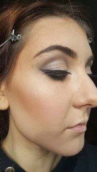 .  Free tutorial with pictures on how to create a tan or contour makeup in under 10 minutes by applying makeup with contouring powder and concealer. How To posted by Jessica M.  in the Beauty section Difficulty: Easy. Cost: Cheap. Steps: 3