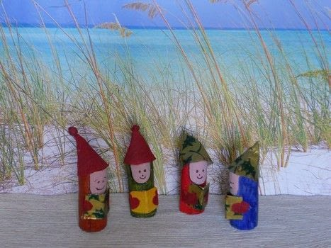 These nice little singer can carry the names on your christmas table .  Make a Christmas decoration in under 45 minutes by decorating with wine corks, paints, and paper. Creation posted by campaspe.  in the Decorating section Difficulty: Easy. Cost: No cost.