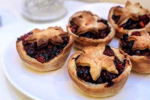 Cranberry, orange and apple mince pies with ginger and juniper berries .  Free tutorial with pictures on how to bake a mince pie in under 45 minutes by baking with cranberries, dried fruit, and orange. Inspired by christmas. Recipe posted by Cat Morley.  in the Recipes section Difficulty: Simple. Cost: Cheap. Steps: 9