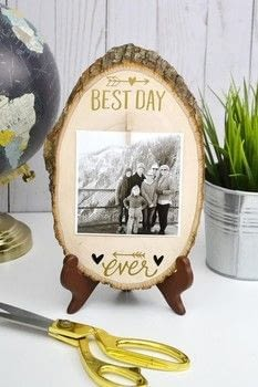 Add rub-ons and a mini clothespin to a wood slice to make a pretty photo display. .  Free tutorial with pictures on how to make a frame / photo holder in under 60 minutes using wood slice, white glue, and easel. How To posted by Aly D.  in the Decorating section Difficulty: Simple. Cost: 3/5. Steps: 3