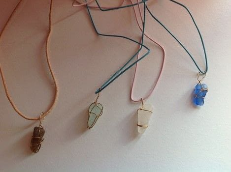 .  Free tutorial with pictures on how to make a necklace in under 10 minutes by jewelrymaking and wireworking with sea glass, jewelry wire, and cord. How To posted by Super Madcow.  in the Jewelry section Difficulty: Easy. Cost: Absolutley free. Steps: 2
