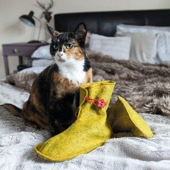 Love to Sew: Lagom-Style Accessories .  Free tutorial with pictures on how to sew a pair of felt slippers in 6 steps by sewing with wool felt, interfacing, and  buttons. How To posted by GMC Group.  in the Sewing section Difficulty: Simple. Cost: Cheap.