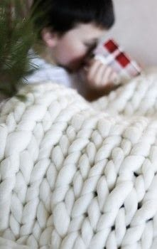 No Needles - Make a blanket in 2 hours ! .  Free tutorial with pictures on how to stitch a knit or crochet blanket in under 120 minutes by knitting with chunky yarn. How To posted by Lily O.  in the Home + DIY section Difficulty: Simple. Cost: 4/5. Steps: 8