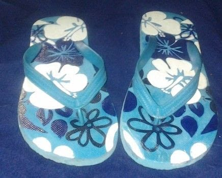 The process of make the shoes .  Make a sandal / flip flop using pencil, ink pens, and acrylic paint. Inspired by hawaiian. Creation posted by Carlton T.  in the Art section Difficulty: 4/5. Cost: Cheap.
