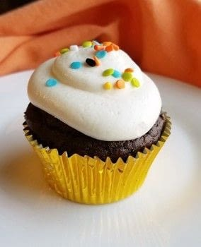 Chocolate cupcakes make simply with a cake mix and super soft and moist with pumpkin. Just a hint of spice lets you know that your fall cupcake dreams have come true! .  Free tutorial with pictures on how to bake a pumpkin cupcake in under 30 minutes by baking with cake mix, oil, and  eggs . Inspired by pumpkins and chocolate. Recipe posted by Carlee S.  in the Recipes section Difficulty: Easy. Cost: Cheap. Steps: 7