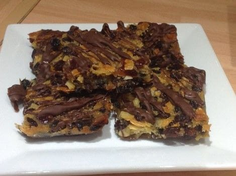 .  Free tutorial with pictures on how to bake a bar / slice in under 50 minutes by cooking, baking, decorating food, and cake decorating with fruit, almonds, and cherries. Recipe posted by Super Madcow.  in the Recipes section Difficulty: Easy. Cost: Cheap. Steps: 7