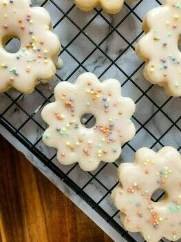 .  Free tutorial with pictures on how to bake a cookie in under 60 minutes by baking with all purpose flour, cornstarch, and confectioners sugar. Recipe posted by Fallon B.  in the Recipes section Difficulty: Simple. Cost: Cheap. Steps: 2