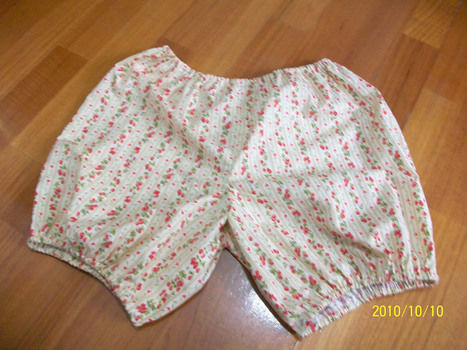 Easy bloomers  .  Free tutorial with pictures on how to sew a pair of bloomers in under 60 minutes using fabric and elastic. How To posted by Tala R. Difficulty: Easy. Cost: Cheap. Steps: 5