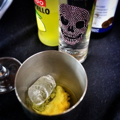 How to mix a lemon martini. Lemon Drop Martini - Step 1