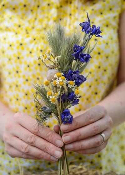 How to make a floral wreath. Dried Summer Wreath - Step 3