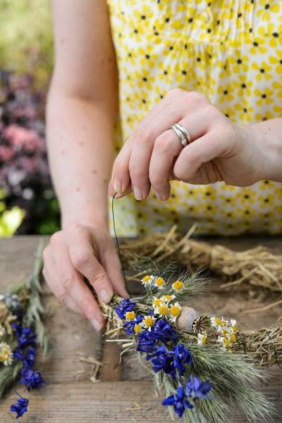 How to make a floral wreath. Dried Summer Wreath - Step 4
