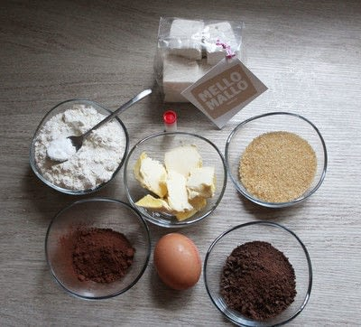 How to bake a chocolate cookie. Chocolate And Marshmallow Cookies - Step 1