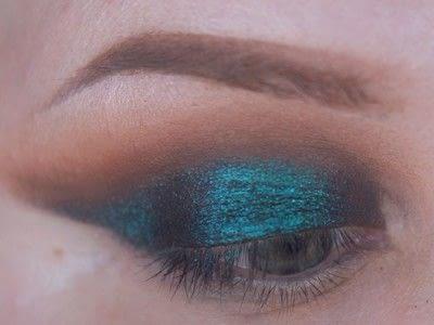 How to create a cut crease eye makeup look. Smokey Cut Crease - Step 5