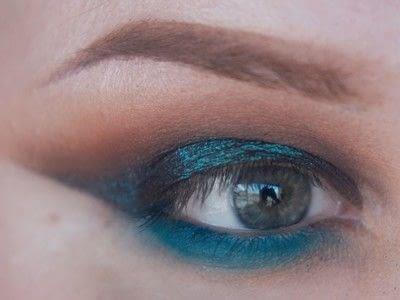 How to create a cut crease eye makeup look. Smokey Cut Crease - Step 6