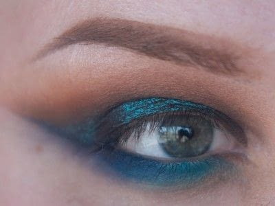 How to create a cut crease eye makeup look. Smokey Cut Crease - Step 7