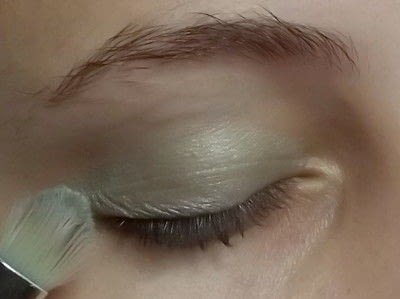 How to create a green eye makeup look. Colorful - Step 1