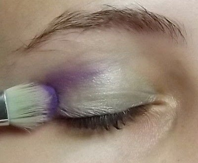 How to create a green eye makeup look. Colorful - Step 2