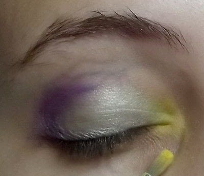 How to create a green eye makeup look. Colorful - Step 3