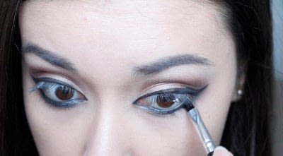 How to creat an Arabic eye makeup look. Arabian Smokey Blue Eye Makeup  - Step 24