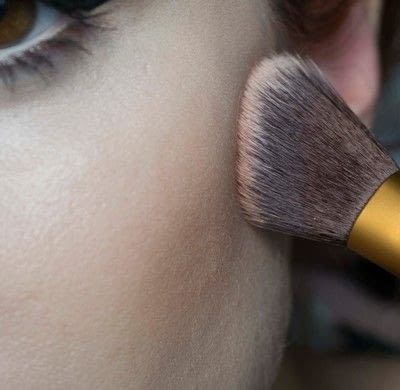 How to create a pin-up makeup look. Pin Up Look With Kat Von D.  - Step 8