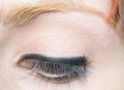 How to create a bold eyeliner look. Rock Messy Look - Step 2
