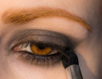 How to create a bold eyeliner look. Rock Messy Look - Step 5