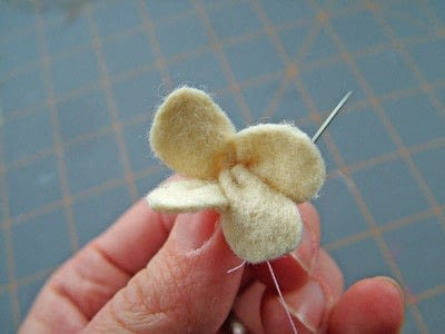 How to sew a fabric flower charm. Small Felt Flowers - Step 4