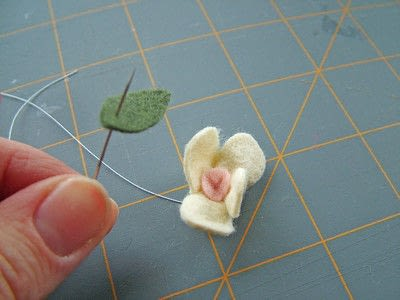 How to sew a fabric flower charm. Small Felt Flowers - Step 6