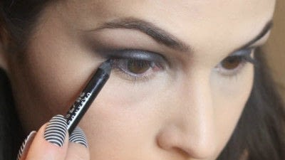 How to create a smokey eye. Jennifer Lawrence Makeover Part 1 - Step 11
