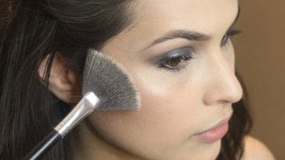 How to create a smokey eye. Jennifer Lawrence Makeover Part 1 - Step 17