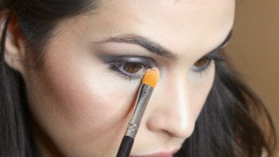 How to create a smokey eye. Jennifer Lawrence Makeover Part 1 - Step 19