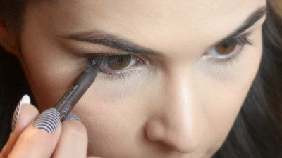 How to create a smokey eye. Jennifer Lawrence Makeover Part 2 - Step 13