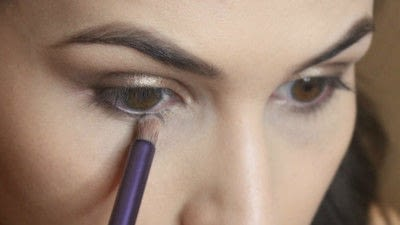 How to create a smokey eye. Jennifer Lawrence Makeover Part 2 - Step 15