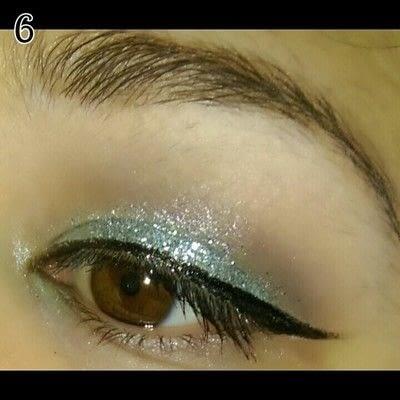 How to create a glitter eye. Mint Chocolate Chip Eye Makeup - Step 6