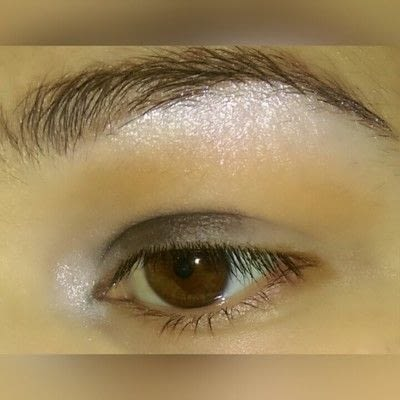 How to create a graphic liner look. Graphic Liner With Glitter - Step 2