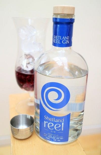 How to mix a gin smash. Berry Gin Smash - Step 2