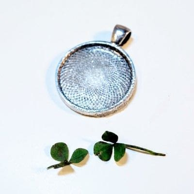 How to make a resin pendant. Four Leaf Clover Necklace - Step 2