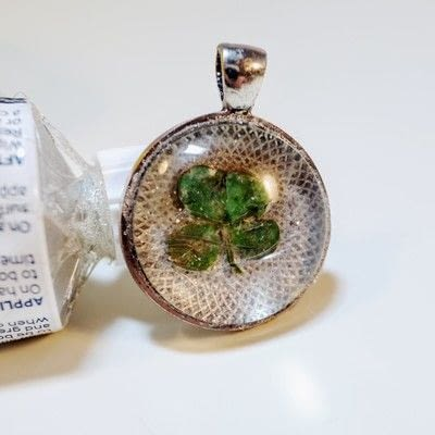 How to make a resin pendant. Four Leaf Clover Necklace - Step 6